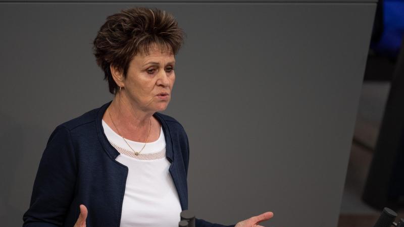 Sabine Zimmermann (Die Linke), Abgeordnete, spricht im Bundestag. Foto: Monika Skolimowska/zb/dpa