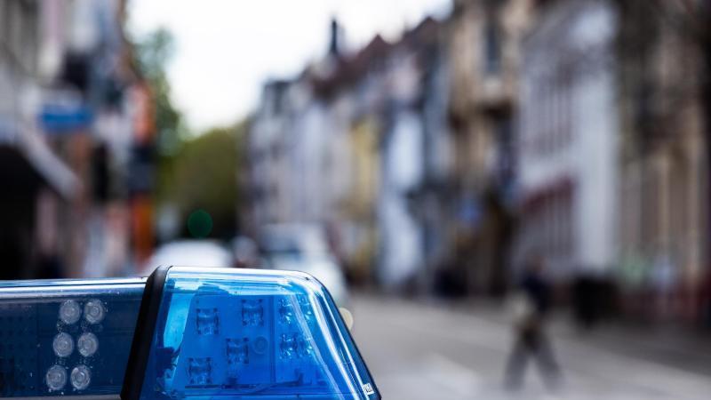 Ein Einsatzfahrzeug der Polizei steht am Straßenrand. Foto: Philipp von Ditfurth/dpa/Symbolbild