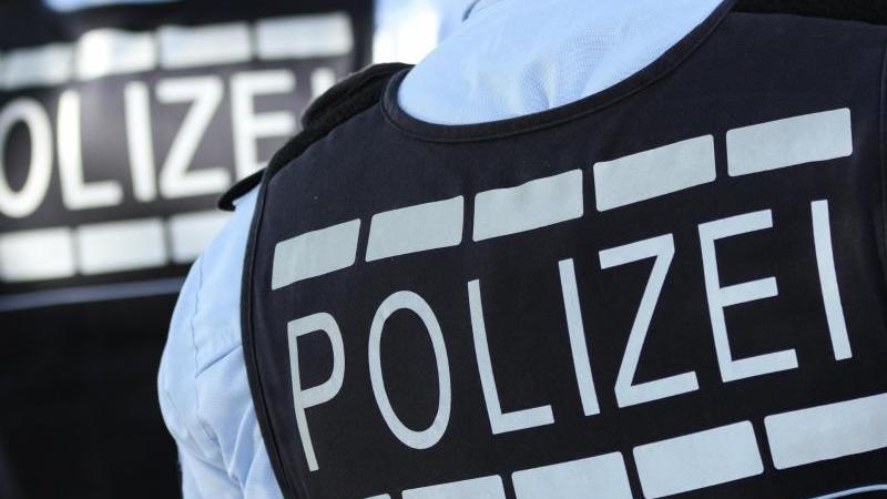 In Westen gekleidete Polizisten. Foto: Silas Stein/dpa