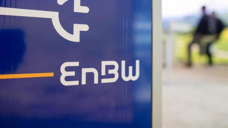 Das Logo des Energiekonzerns EnBW steht auf einer Ladesäule. Foto: Sebastian Gollnow/dpa