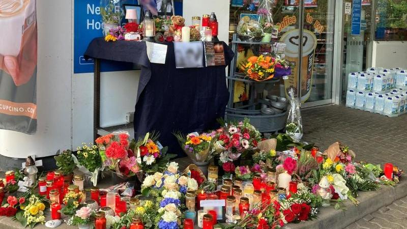 Blumen und Kerzen sind vor der Aral-Tankstelle in Idar-Oberstein aufgestellt