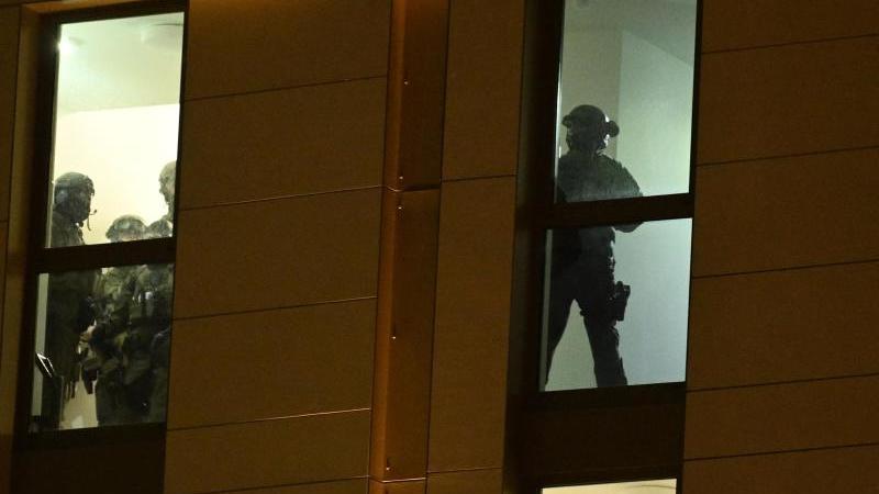 Spezialkräfte der Polizei sind im Einsatz in einem Düsseldorfer Hotel. Foto: Henning Kaiser/dpa/Archivbild