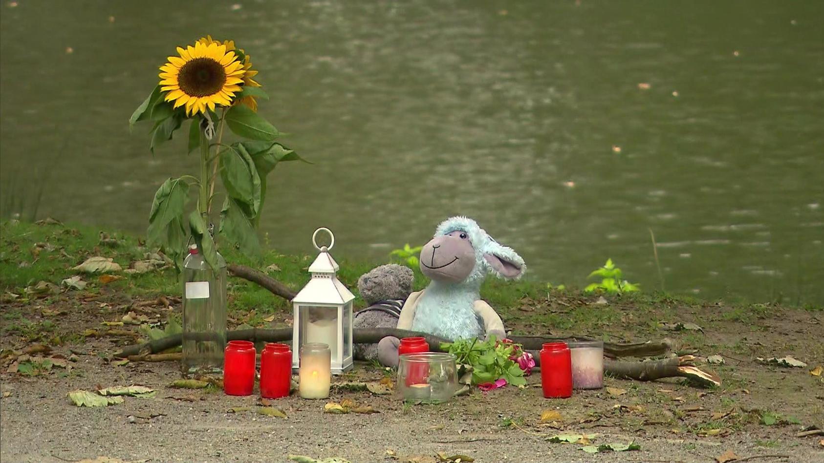 Kerzen leuchten heute für die verstorbene junge Frau. Die Menschen in Hamm zeigen Anteilnahme an einem schrecklichen Verbrechen.