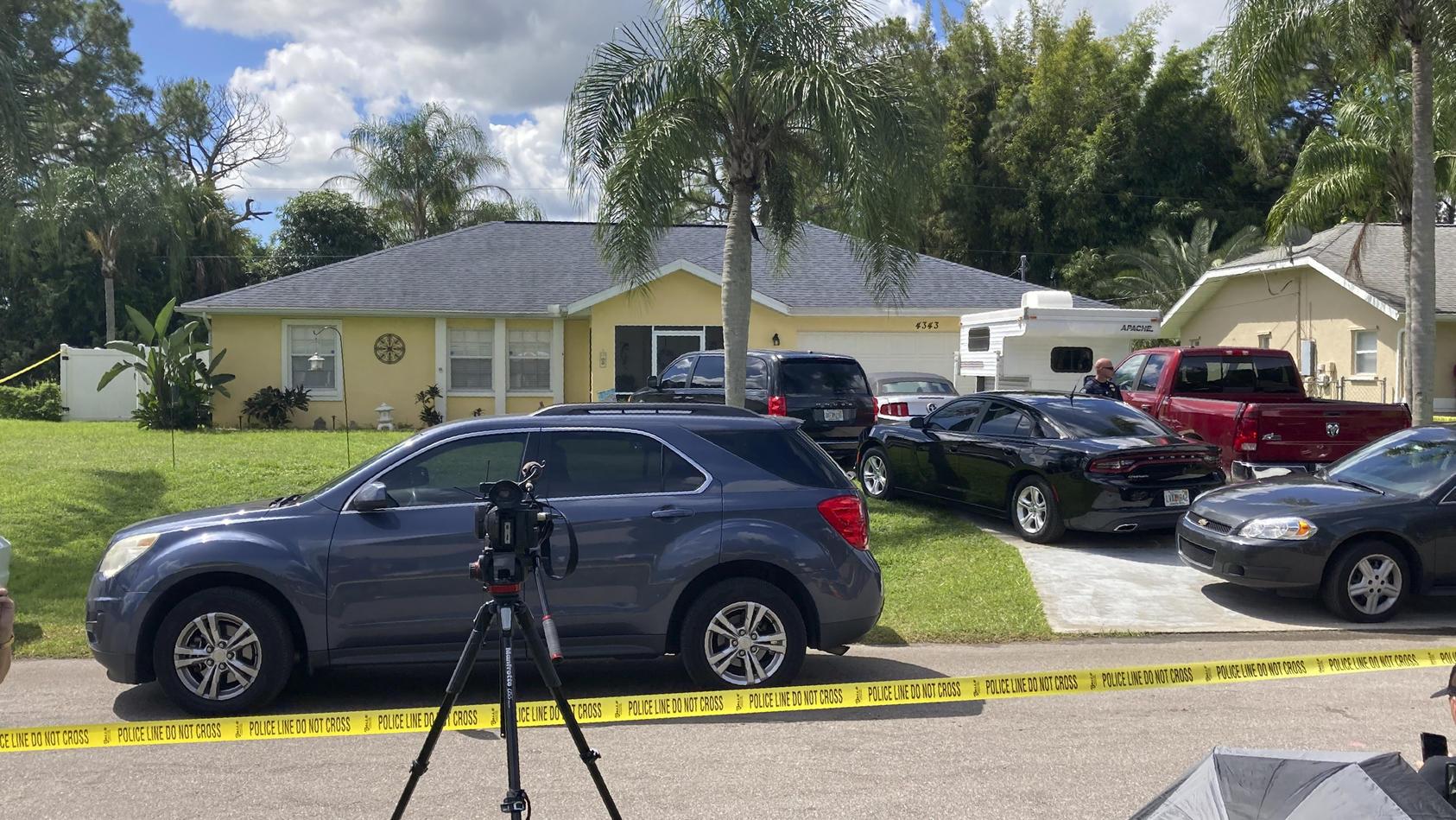 Das Elternhaus von Brian Laundrie: Mitarbeiter von Polizei und FBI durchsuchen das Geböude.