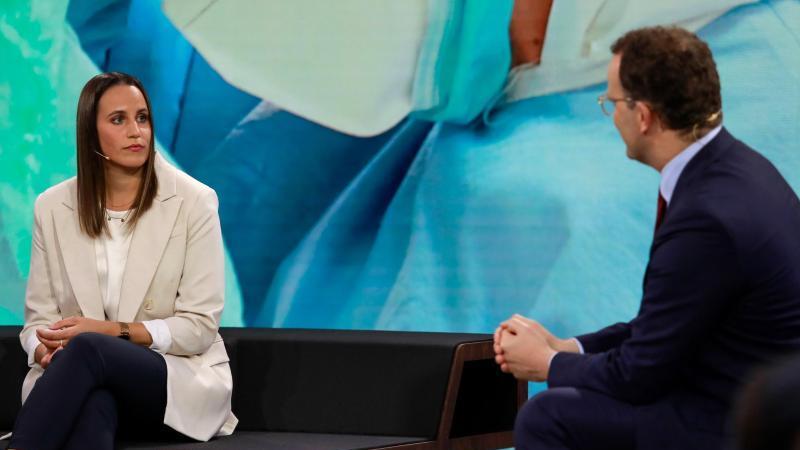 Bundesgesundheitsminister Jens Spahn im Gespräch mit Krankenpflegerin Meike Ista. Foto: Benedikt Müller/ProSieben/dpa
