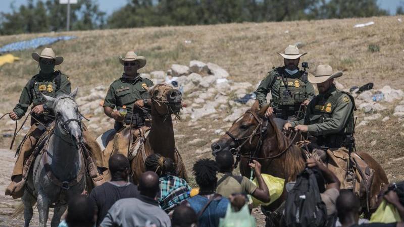 Migranten, viele von ihnen aus Haiti, überqueren den Rio Grande in Del Rio, Texas. Foto: Felix Marquez/AP/dpa