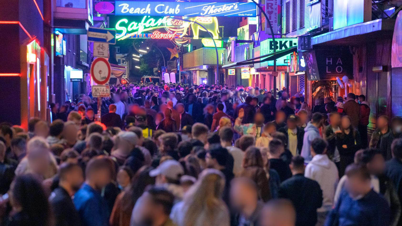 Party, Menschenmassen - und alles ohne Corona-Beschränkungen. Wann wird das wieder Normalität sein?