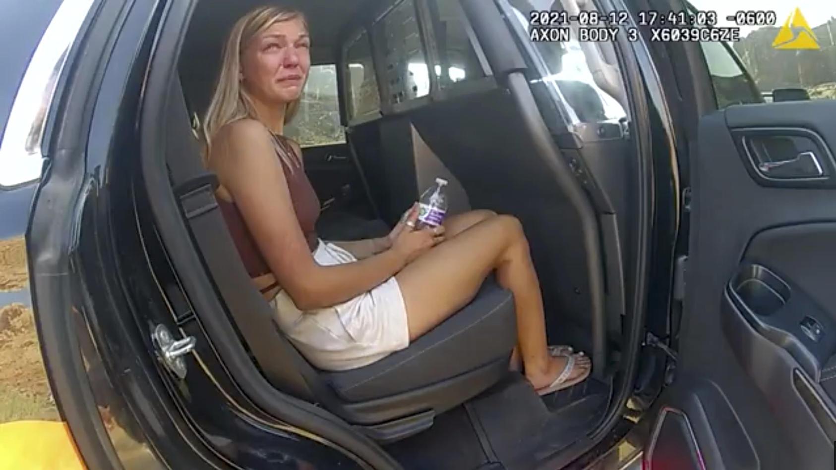 Gabby Petito (hier an einem anderen Tag von der Bodycam eines Polizisten gefilmt) war bei einem Restaurantbesuch in Tränen aufgelöst
