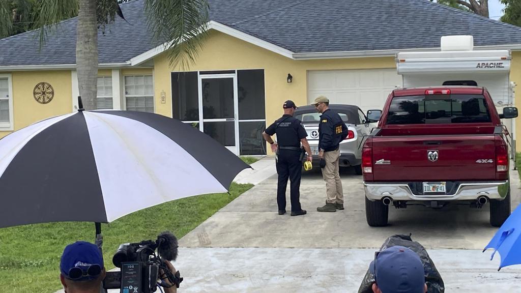 20.09.2021, USA, North Port: Beamte der Strafverfolgungsbehörden untersuchen das Haus eines jungen Mannes, der im Zusammenhang mit dem Verschwinden seiner Freundin Gabby Petito verhört werden soll. Die Beamten hatten einen Durchsuchungsbefehl für das