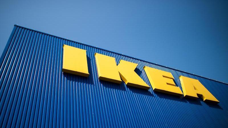 Der Schriftzug IKEA ist auf der Fassade eines Möbelhauses zu sehen. Foto: Federico Gambarini/dpa/Archivbild