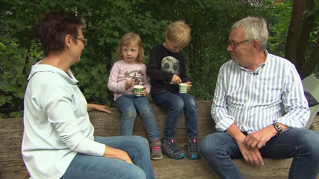 Wunschgroßeltern essen Eis mit Ersatzenkelkindern