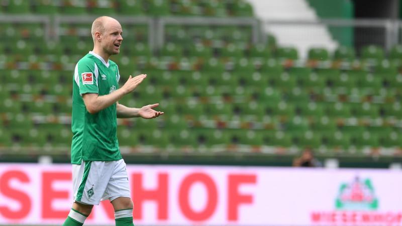 Davy Klaassen, vor rund einem Jahr noch im Werder-Trikot, klatscht vor Spielbeginn. Foto: Carmen Jaspersen/dpa/Archiv