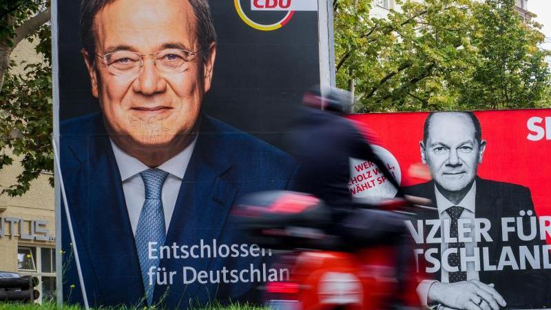 Großflächige Wahlplakate mit den Kanzlerkandidaten von SPD (Olaf Scholz, r) und CDU (Armin Laschet). Foto: Kay Nietfeld/dpa