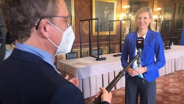 RTL Nord Reporter vor Ort bei der Landespressekonferenz.