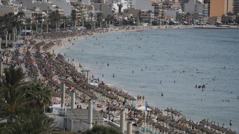 Urlauber entspannen am Strand von Arenal auf Mallorca. Foto: Clara Margais/dpa