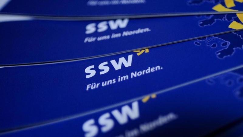 Werbeflyer des Südschleswigschen Wählerverbandes liegen auf dem Programmparteitag des SSW aus. Foto: Axel Heimken/dpa/Archiv