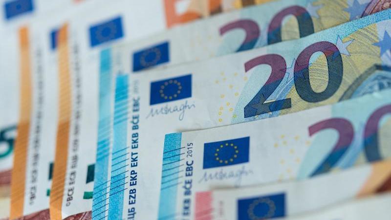 Zahlreiche Banknoten liegen sortiert auf einem Tisch. Foto: Monika Skolimowska/dpa-Zentralbild/dpa/Illustration
