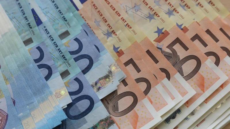 Euro-Geldscheine liegen auf einem Tisch. Foto: Bernd Wüstneck/dpa-Zentralbild/dpa/Symbolbild