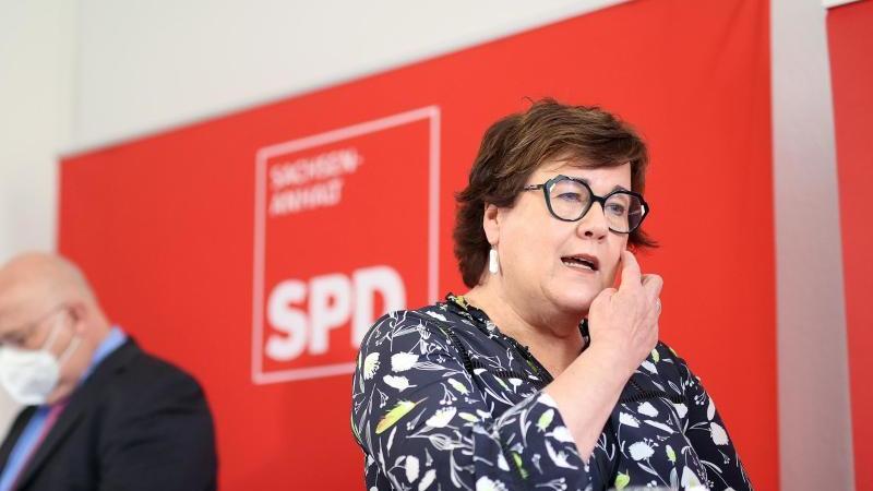 Petra Grimm-Benne (r), amtierende Sozialministerin von Sachsen-Anhalt, spricht. Foto: Ronny Hartmann/dpa