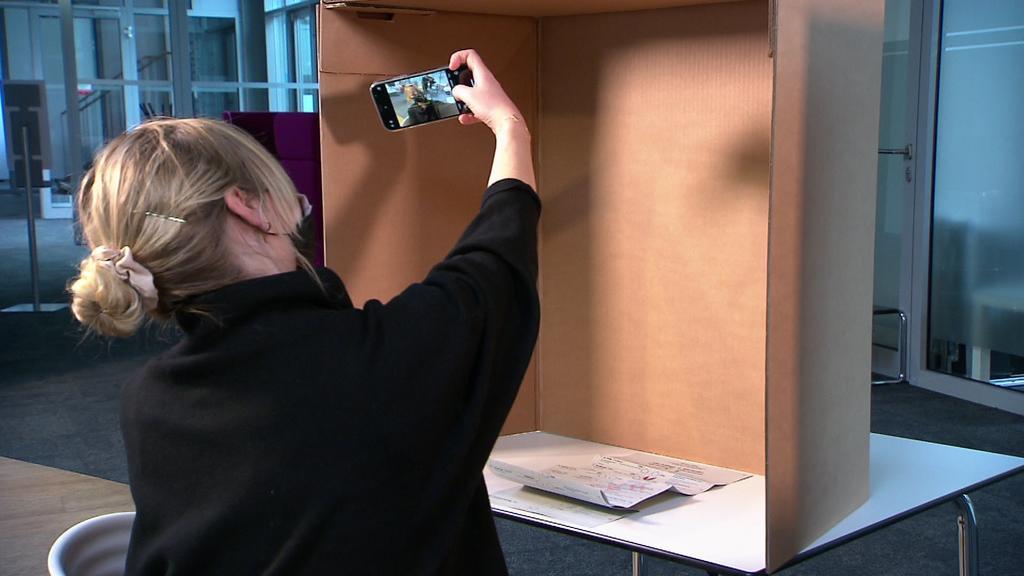 Unsere Reporterin schießt ein Selfie in der Wahlkabine.