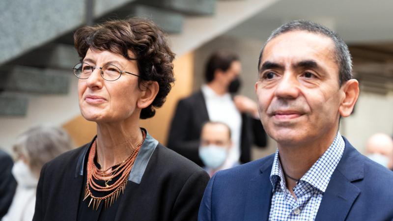 Ugur Sahin (r) und Özlem Türeci sitzen in der ersten Reihe. Foto: Federico Gambarini/dpa/Archivbild