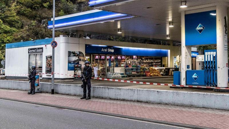 Polizisten sichern eine Tankstelle in Idar-Oberstein. Foto: Christian Schulz/Foto Hosser/dpa/Archivbild