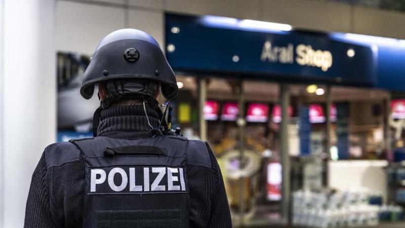 Ein Polizist sichert eine Tankstelle in Idar-Oberstein. Foto: Christian Schulz/Foto Hosser/dpa/Archivbild