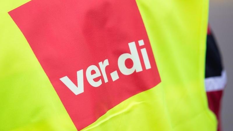 """Eine Warnweste mit der Aufschrift """"ver.di"""". Foto: Tom Weller/dpa/Symbolbild"""