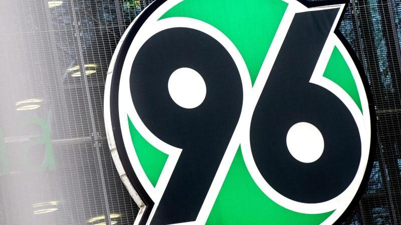 Das Logo von Fußball-Bundesligist Hannover 96. Foto: Hauke-Christian Dittrich/dpa/Archivbild