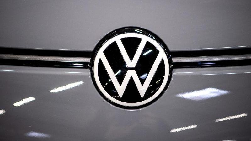 Das Logo von Volkswagen an einem Auto. Foto: Sina Schuldt/dpa/Symbolbild