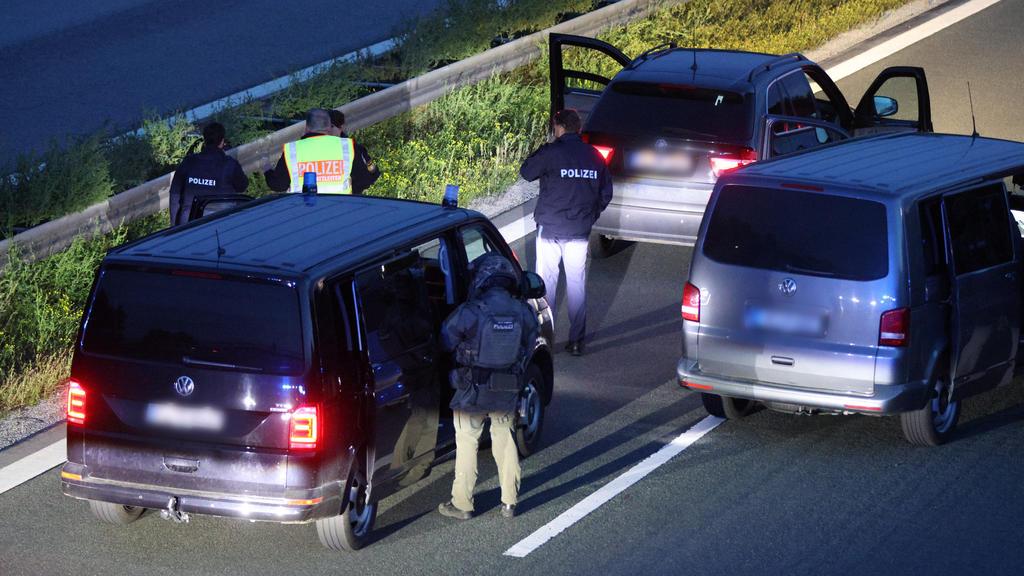 21.09.2021, Bayern, Hilpoltstein: Polizisten stehen mit ihren Fahrzeugen auf der Autobahn 9. Wegen eines mutmaßlich bewaffneten Passagiers in einem Reisebus hat die bayerische Polizei die Autobahn 9 zwischen den Anschlussstellen Hilpoltstein und Gred