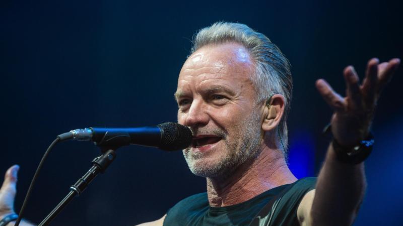 Der Sänger Sting auf der Bühne. Foto: Christophe Gateau/dpa