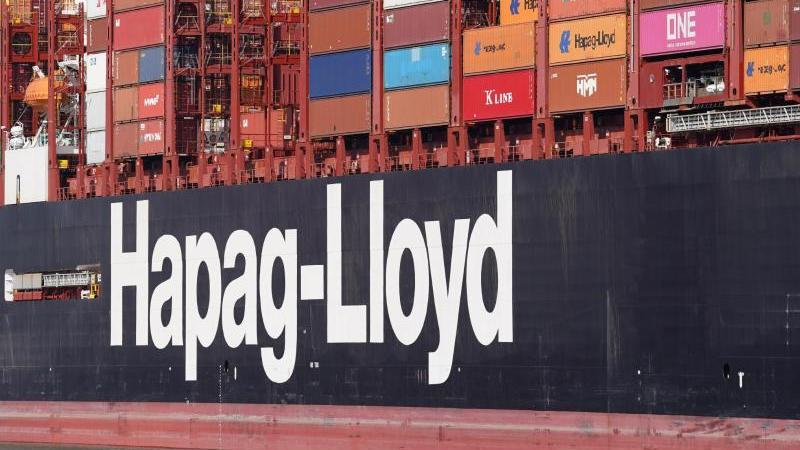 """Das Hapag-Lloyd Containerschiff """"Brussels Express"""". Foto: Marcus Brandt/dpa"""