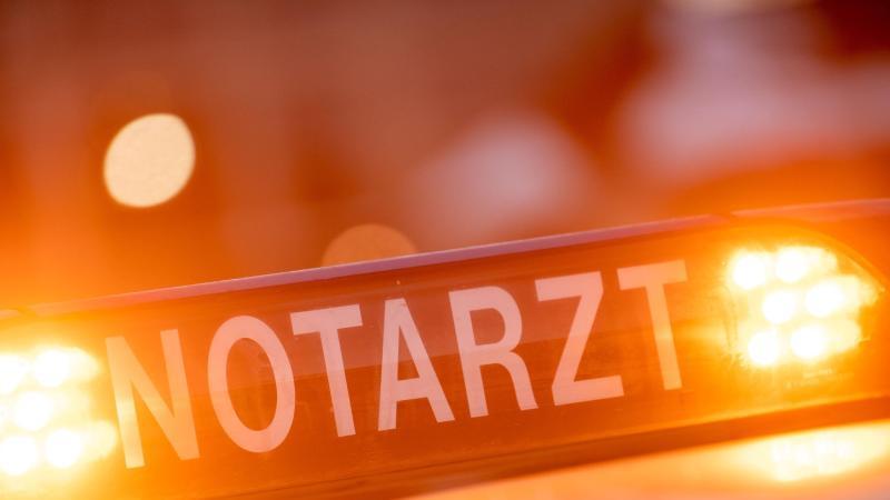 """Ein Dachschild mit der Aufschrift """"Notarzt"""" steht auf einem Einsatzwagen eines Notarztes. Foto: Lino Mirgeler/dpa/Symbolbild"""