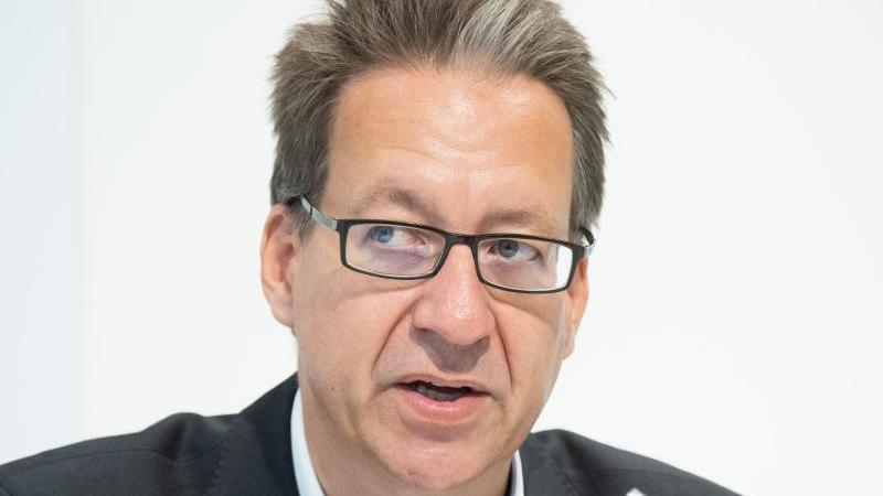 Stefan Birkner, Landesvorsitzender der FDP, spricht. Foto: Julian Stratenschulte/dpa