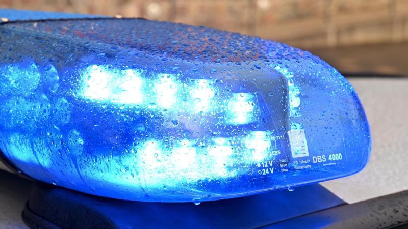 Ein Streifenwagen der Polizei steht mit eingeschaltetem Blaulicht an einem Einsatzort. Foto: Carsten Rehder/dpa/Symbolbild