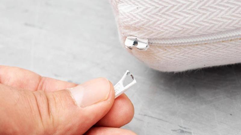 Mangelhafte Griffplatten: Weil sich an manchen Kindermatratzen Kleinteile lösen können, droht Kindern Erstickungsgefahr. Foto: Stiftung Warentest/dpa-tmn