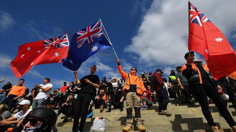Demonstranten protestieren gegen die Corona-Maßnahmen der Regierung. Foto: James Ross/AAP/dpa