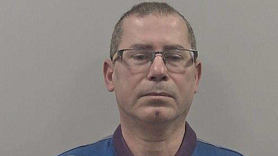 Großbritannien, Grimsby: Arzt zu 14 Jahren Haft verurteilt, weil er seine Freundin Kelly W. über Jahre unter Drogen setzte.