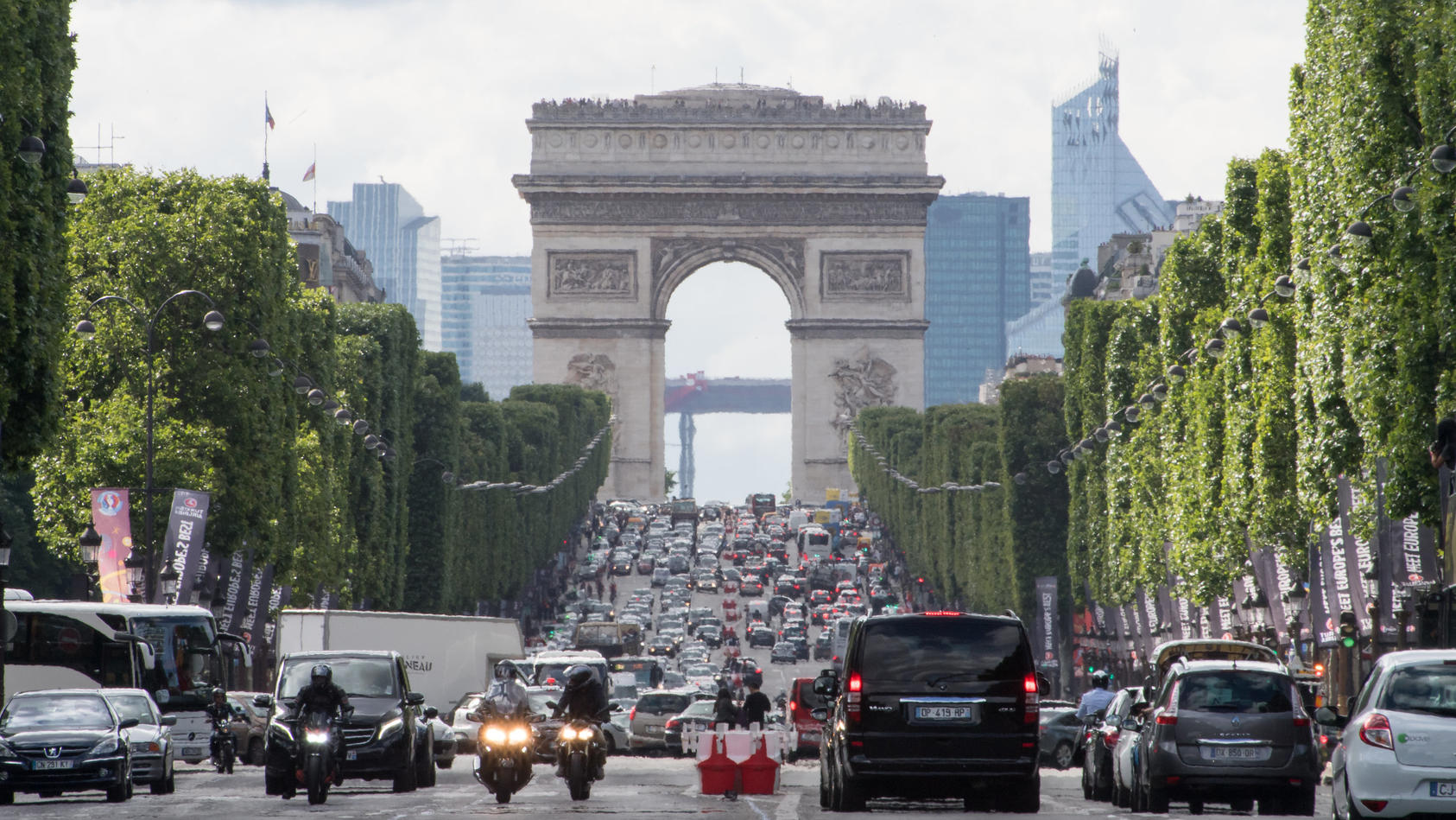 Die Champs-Élysées in Paris (Archiv)