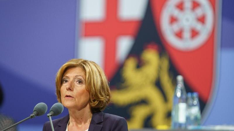 Die rheinland-pfälzische Ministerpräsidentin Malu Dreyer spricht in Mainz. Foto: Frank Rumpenhorst/dpa/archivbild