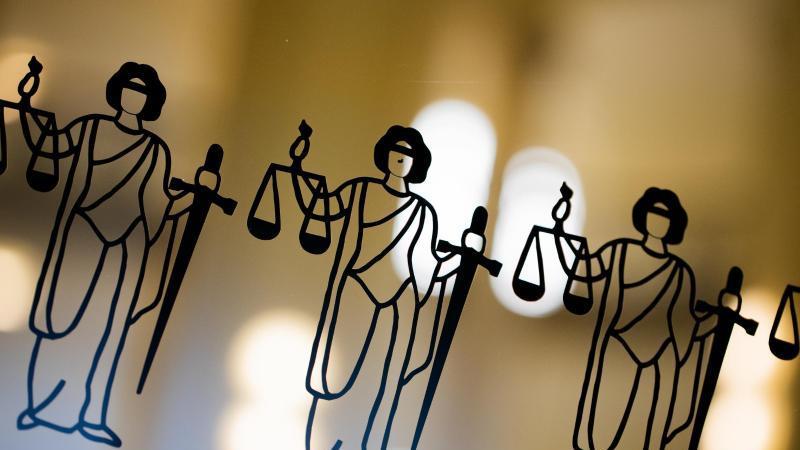 Die Justitia ist an einer Scheibe am Eingang zum Gericht zu sehen. Foto: Rolf Vennenbernd/dpa/Symbolbild