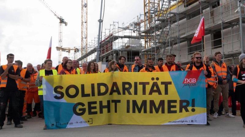 Bau-Beschäftigte demonstrieren für höhere Löhne und bessere Arbeitsbedingungen. Foto: Demy Becker/dpa
