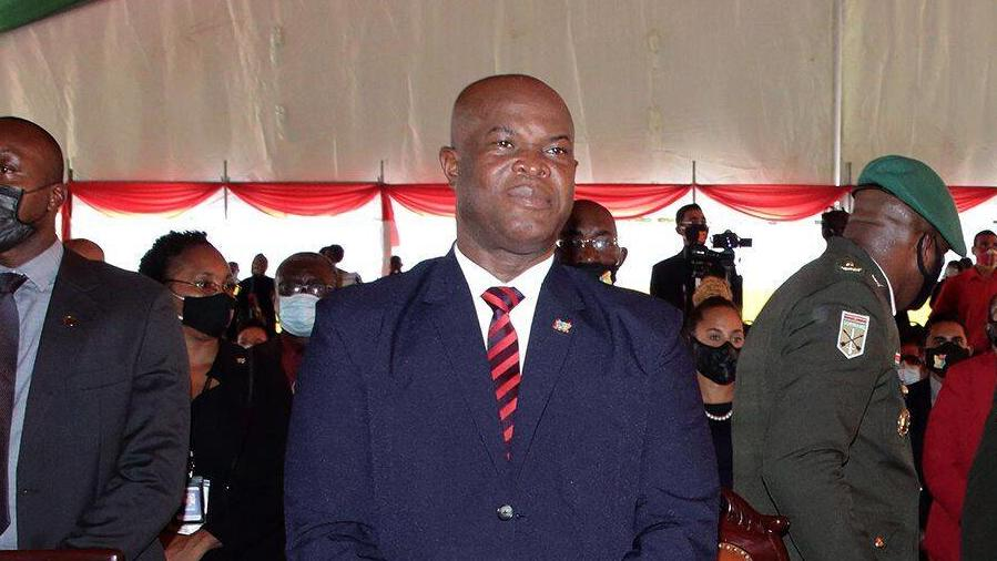 Ronnie Brunswijk - Vize-Staatschef von Suriname, Ex-Rebellenführer, Verbrecher - und seit neustem der älteste Fußballer der Geschichte