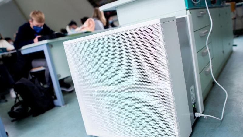 Ein Luftfiltergerät steht im Fachraum eines Gymnasiums. Die Anschaffung mobiler Luftfilter in Klassenzimmern und Kitas läuft weiter schleppend. Foto: Hauke-Christian Dittrich/dpa