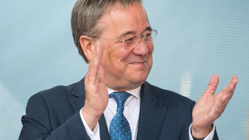 CDU-Kanzlerkandidat Armin Laschet klatscht bei einer Wahlkampfveranstaltung. Foto: Oliver Dietze/dpa