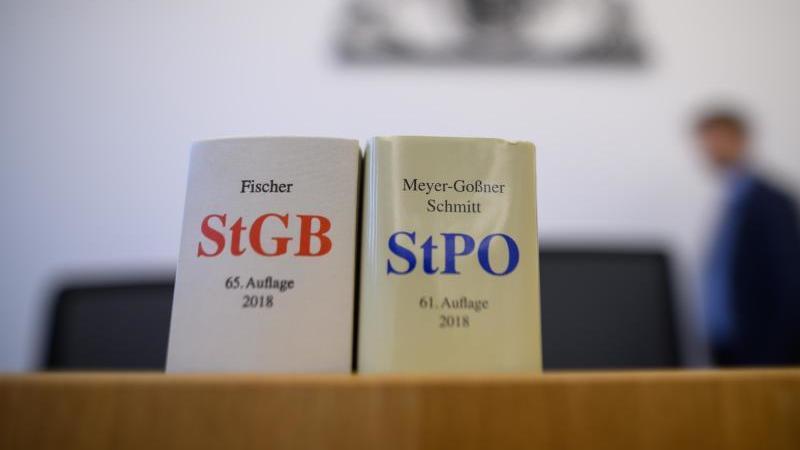 Eine Ausgabe des Strafgesetzbuchs und der Strafprozessordnung stehen in einem Gerichtssaal. Foto: Sebastian Gollnow/dpa/Symbolbild