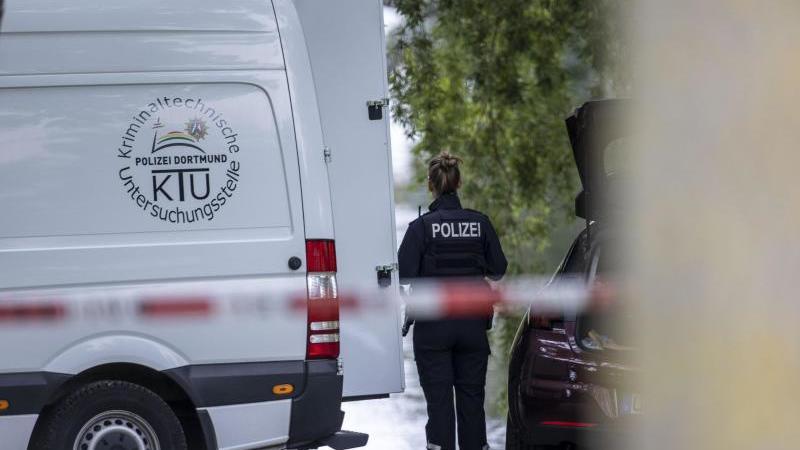 Einsatzkräfte der Mordkommission gehen nach dem Fund einer Frauenleiche den Ermittlungen nach. Foto: Markus Gayk/TNN/dpa/Archivbild