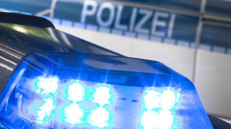 Ein Blaulicht auf dem Dach eines Polizeiwagens. Foto: Friso Gentsch/dpa/Illustration