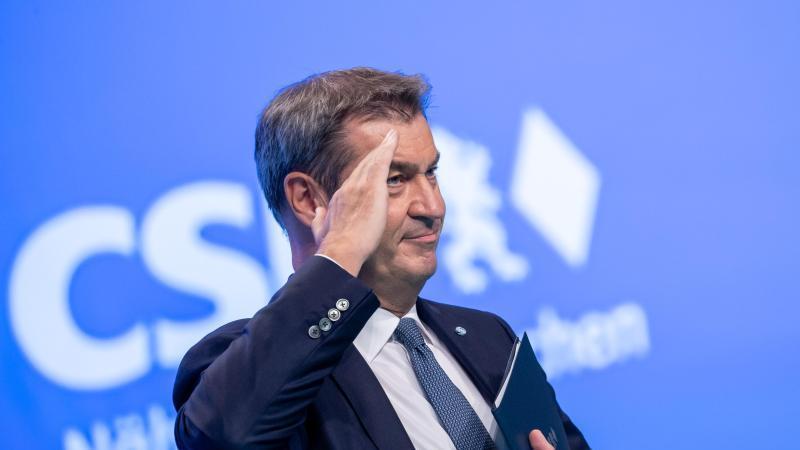 Markus Söder, CSU-Parteivorsitzender und Ministerpräsident von Bayern, gestikuliert. Foto: Daniel Karmann/dpa